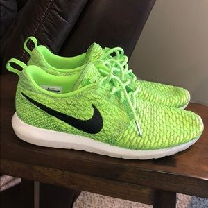 Nike Shoes - Nike flyknit roshe run